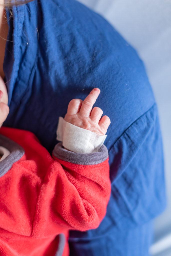 Photos de naissance en maternité Christophe Lefebvre photographe doigt