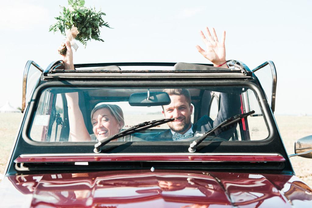 La grange des Aulnaies Photographe de mariage Christophe Lefebvre arrivée 2cv Citroën Couple 5