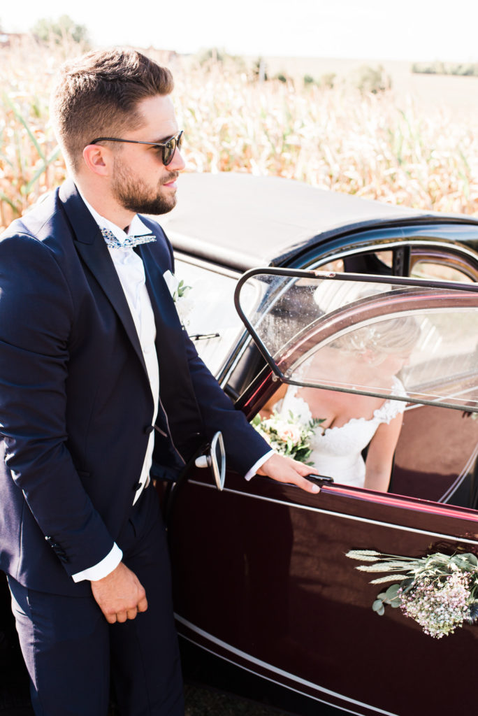 La grange des Aulnaies Photographe de mariage Christophe Lefebvre arrivée 2cv Citroën Couple 2