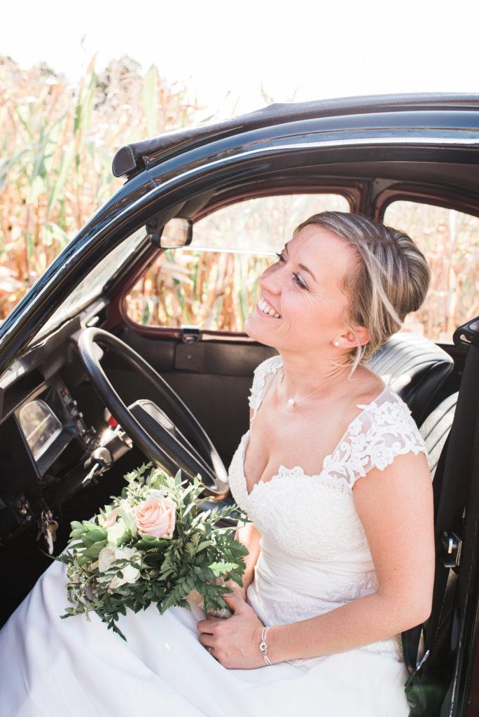 La grange des Aulnaies Photographe de mariage Christophe Lefebvre arrivée 2cv Citroën Couple 3