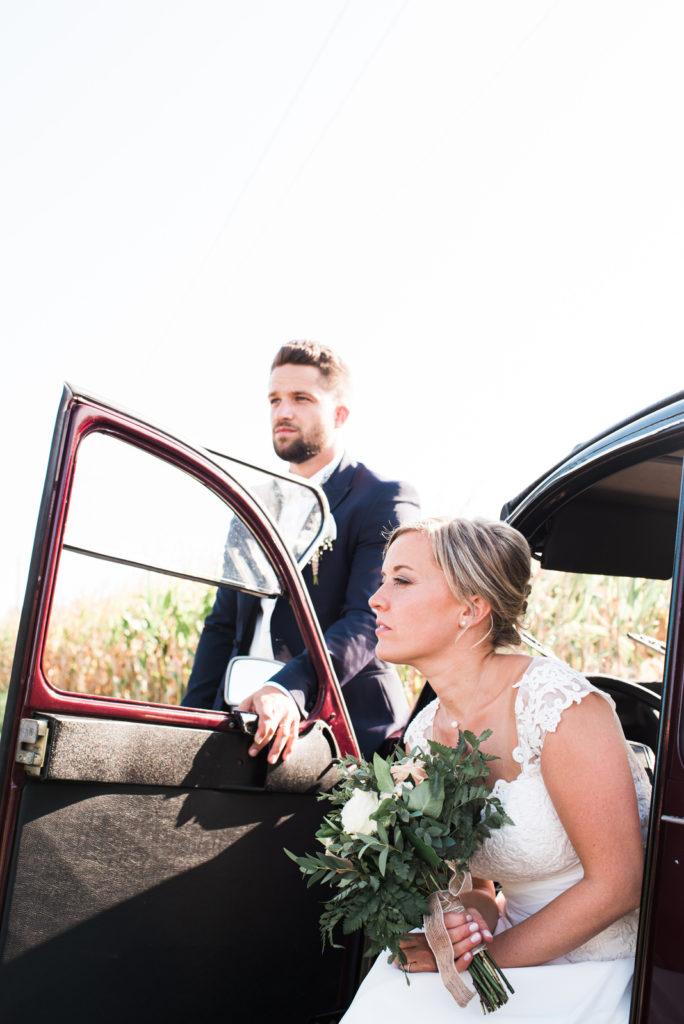 La grange des Aulnaies Photographe de mariage Christophe Lefebvre arrivée 2cv Citroën Couple