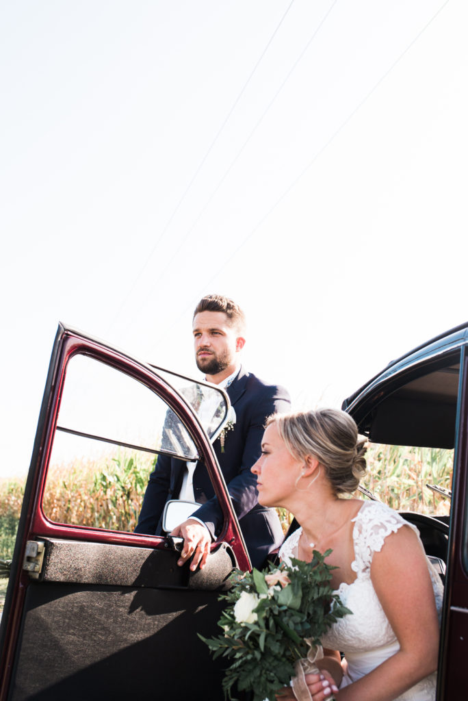 La grange des Aulnaies Photographe de mariage Christophe Lefebvre arrivée 2cv Citroën Couple 4