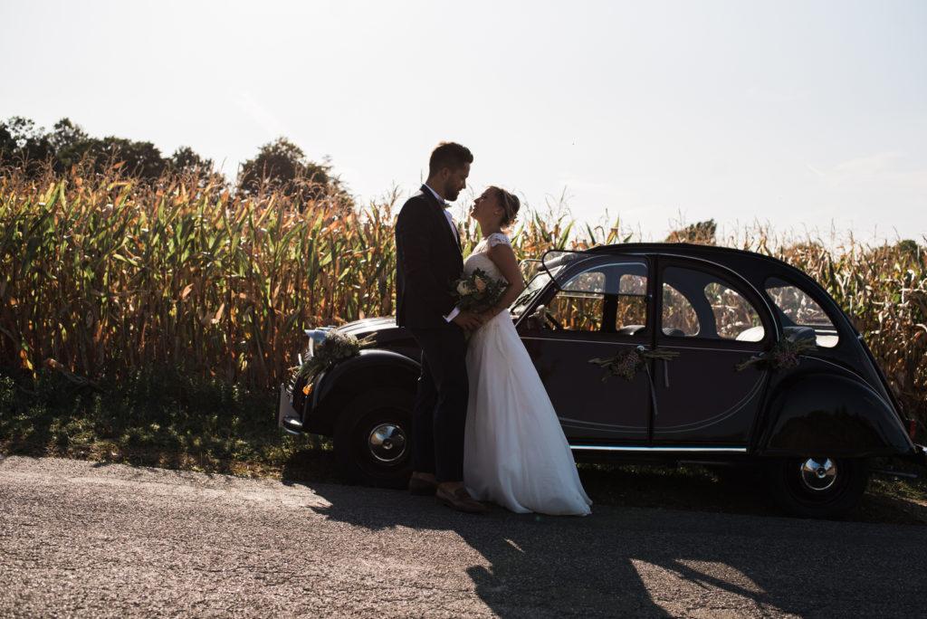 La grange des Aulnaies Photographe de mariage Christophe Lefebvre arrivée 2cv Citroën Couple 6