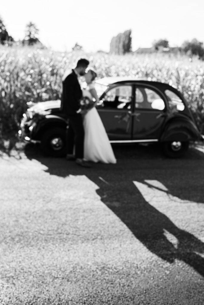 La grange des Aulnaies Photographe de mariage Christophe Lefebvre arrivée 2cv Citroën