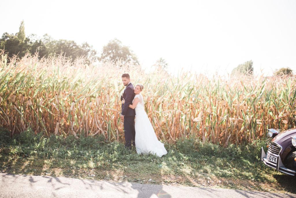 La grange des Aulnaies Photographe de mariage Christophe Lefebvre arrivée 2cv Citroën Couple 9