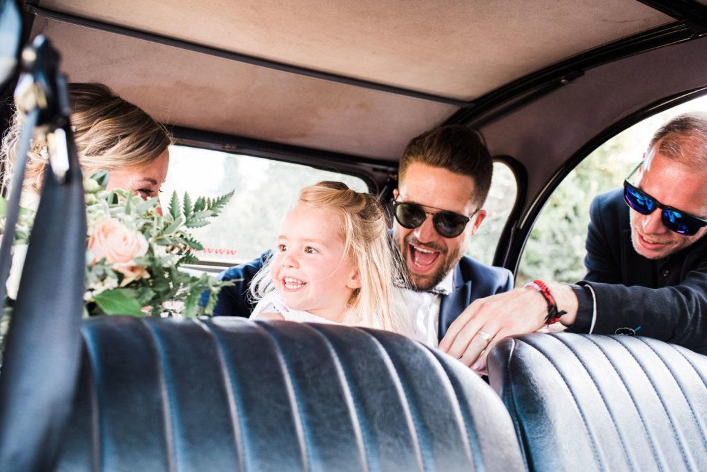 La grange des Aulnaies Photographe de mariage Christophe Lefebvre arrivée 2cv Citroën Couple 7
