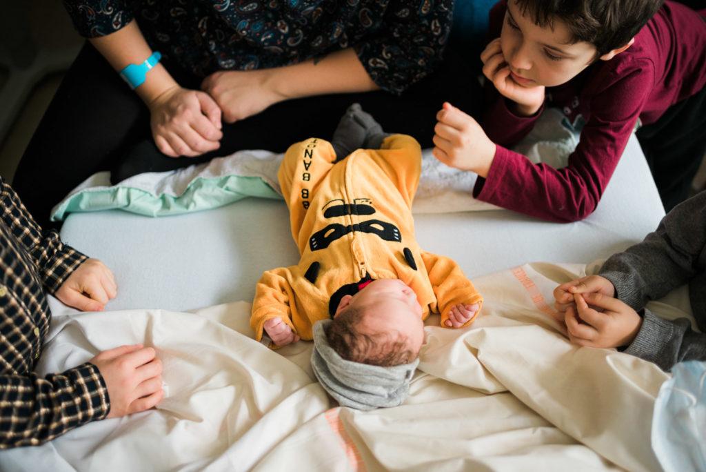 Photo nouveau né maternité bébé fratrie famille
